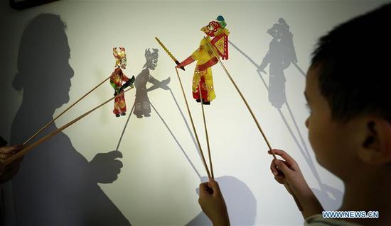 艺术家介绍传统的皮影戏