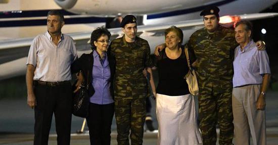 Two servicemen released from Turkey return to Greece