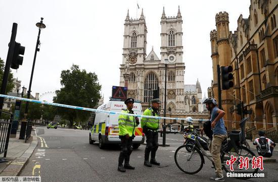 汽车在涉嫌恐怖袭击中击中英国议会的行人