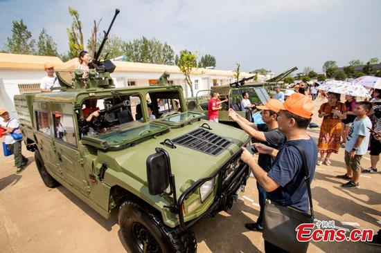 3,000 people visit military open day in Wuhan