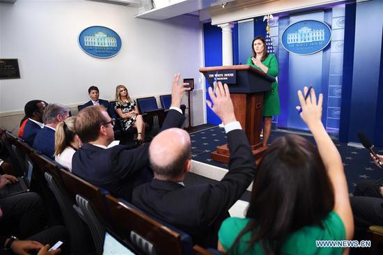 白宫发言人萨拉·桑德斯(Rear)于2018年8月15日在美国华盛顿特区的白宫出席新闻发布会。白宫周三表示,美国将不会取消对土耳其钢铁和铝的制裁即使被拘留的美国牧师安德鲁·布伦森也被释放。 (新华社/刘杰)