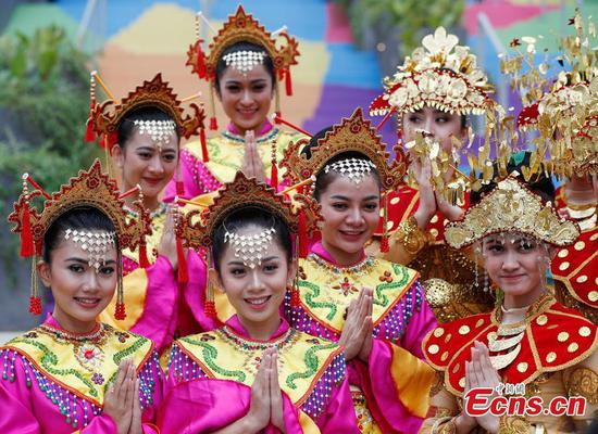Indonesia girls don costumes to welcome athletes to Asia Games