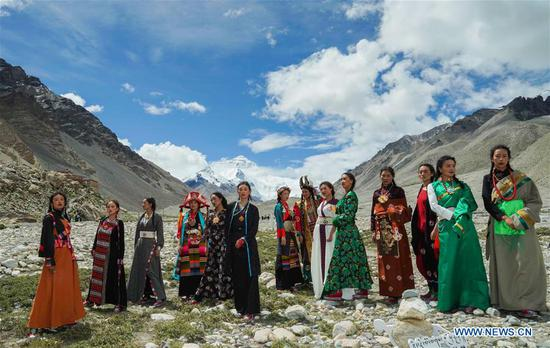 Folk costume show held at 5,200-meter-high base camp of Mt. Qomolangma