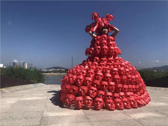 Artist conducts 'hot wave' performance art in Jilin