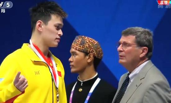 Sun Yang asks the officials to rise the flag again after the men's 200-meter freestyle medal ceremony at GBK Aquatics Center in Jakarta, Indonesia on Aug 19, 2018. (Photo/Video Snapshot)
