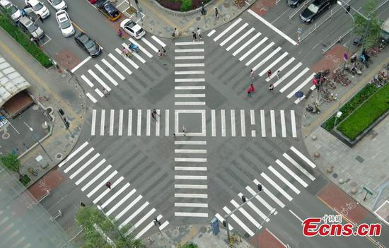 Diagonal crossing option a first for pedestrians in Beijing