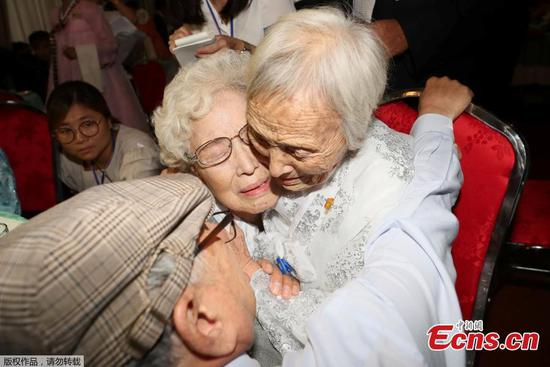 War-separated families of S.Korea, DPRK reunite in tears, joy