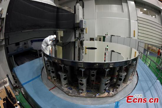 Researchers with the CAS Changchun Institute of Optics, Fine Mechanics and Physics show a silicon carbide (SiC) single mirror blank with a record-breaking diameter of 4.03 meters in Changchun City, Northeast China's Jilin Province, Aug. 21, 2018.  (Photo: China News Service/Sun Zifa)