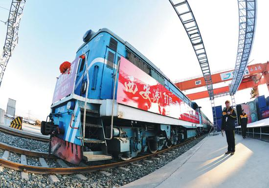 A cargo train is ready to depart from Xi'an to Moscow. (Photo/Xinhua)