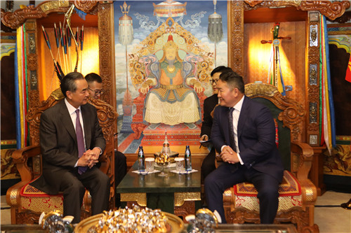 Chinese State Councilor and Foreign Minister Wang Yi (L) meets with Mongolian President Khaltmaa Battulga at the State House in Ulan Bator on August 23, 2018.(Photo/www.fmprc.gov.cn)