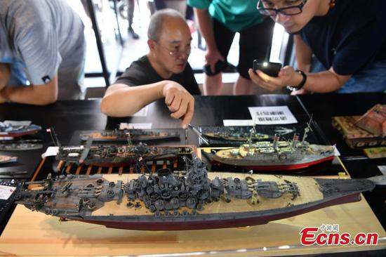 Enthusiasts hold model ship show in Kunming