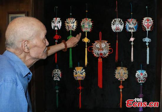 Elderly man draws Peking Opera masks on turtle shells