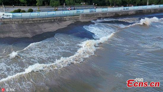 High waves hit Qiantang River