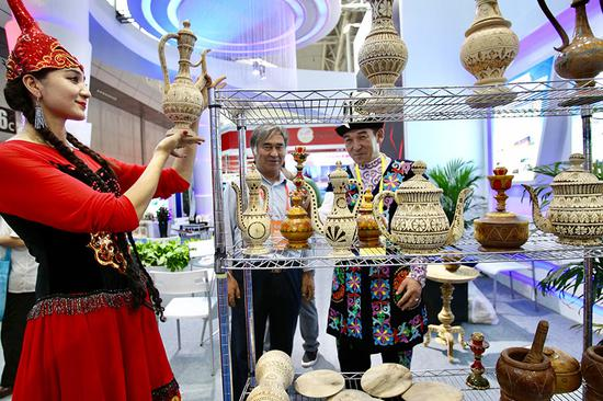 Handicrafts from China's Xinjiang Uygur autonomous region attract visitors at the 6th China-Eurasia Expo, which opened on Thursday in Urumqi. (Photo by Zhang Wei/China Daily)