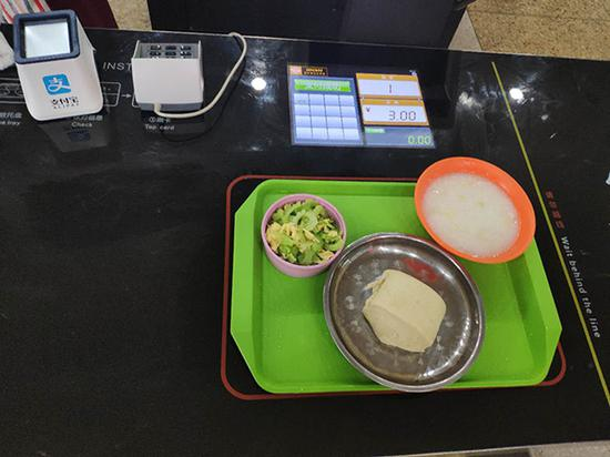 University cafeteria serves up meals with scannable chips