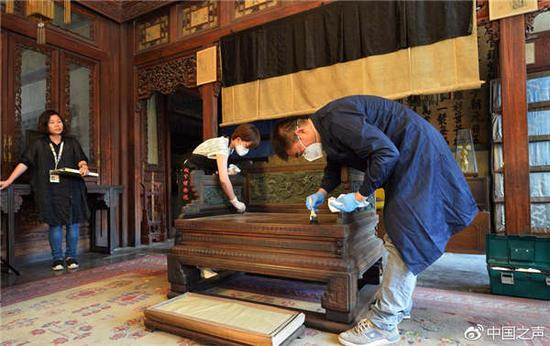 Craftsmen perform maintenance on relics in the Palace Museum. (Photo/The official Weibo account of china.cnr.cn)
