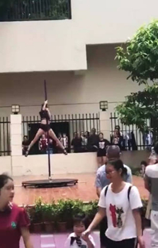Many parents found it too awkward to keep watching as the dancer climbed the pole with her legs apart. /Screenshot via Weibo