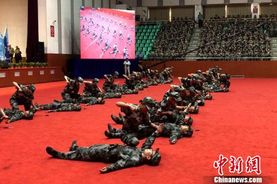 Freshmen from Xi'an Jiaotong University take part in a competition during a military training. (Photo/China News Service)
