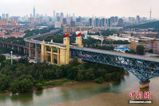 Photo taken on August 27, 2018 shows the renovated Nanjing Yangtze River Bridge in Jiangsu. (Photo/China News Service)