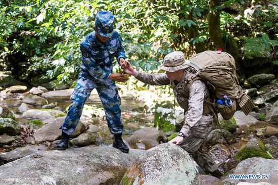 Photo taken on Aug. 30, 2018 shows Chinese and American soldiers taking part in a joint military training mission in Cairns, Australia. The 5th annual installment of Exercise Kowari featuring Chinese, Australian and U.S. armed forces, has wrapped up in Cairns on Wednesday. (Xinhua)