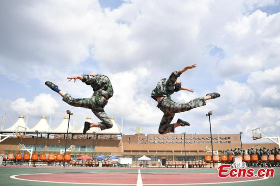 Art students receive military training in Yunnan