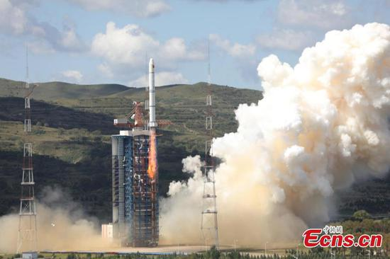 A Long March-2C rocket carrying the HY-1C satellite takes off from the Taiyuan Satellite Launch Center in north China's Shanxi Province at 11:15 a.m., Sept. 7, 2018. The satellite will help monitor ocean color and water temperatures, providing basic data for research on the global oceanic environment.(Photo: China News Service/Zheng Taotao)