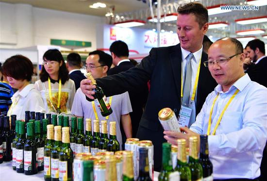 An exhibitor promotes beer from the Czech Republic at the 20th China International Fair for Investment and Trade in Xiamen, southeast China's Fujian Province, Sept. 8, 2018. (Xinhua/Wei Peiquan)
