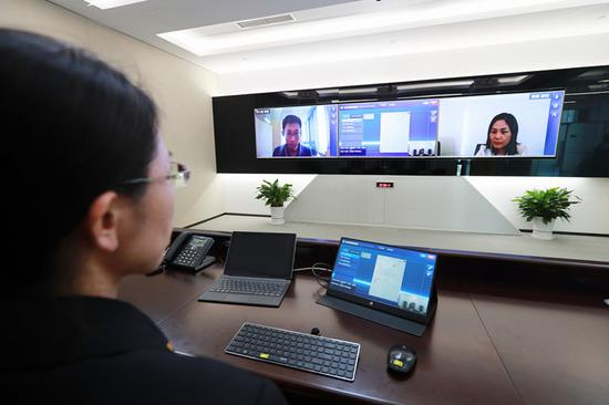 A judicial official at the new Beijing Internet Court demonstrates on Sunday how cases are tried online. (Photo/CHINA DAILY)