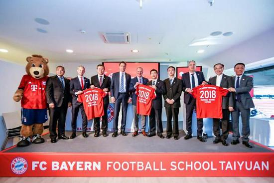 Representatives from FC Bayern and Shanxi Sports Bureau attend the signing ceremony for the opening of the FC Bayern Football School Taiyuan at the Allianz Arena in Munich, German, on Sept 6. (Photo/China Plus)