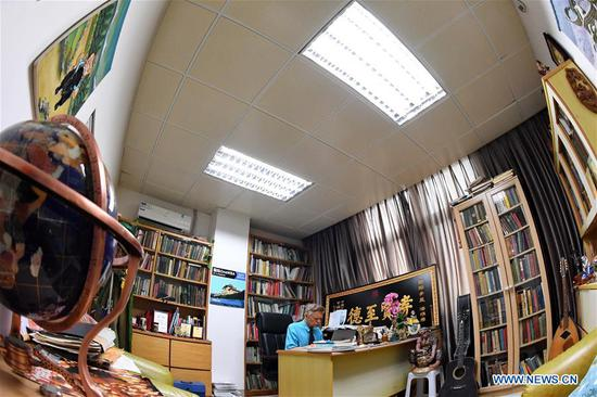 William Brown works in his office at Xiamen University in Xiamen, southeast China's Fujian Province, June 14, 2018. (Xinhua/Zhang Guojun)