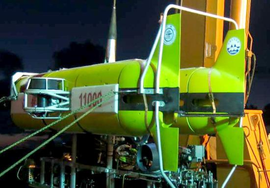 Hailong 11000, a Chinese robotic submersible aboard the Dayang 1 scientific research vessel, is about to dive in the northwest Pacific Ocean on Sept. 1. (Photo provided to China Daily)