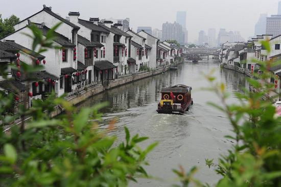 A boat sails on the Wuxi section of China's Grand Canal in Wuxi, East China's Jiangsu Province. (Photo/Xinhua)