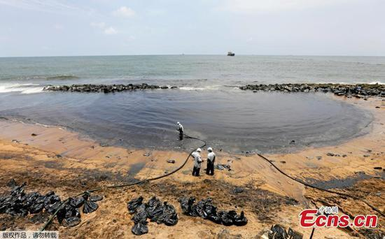 Sri Lanka works to clean oil slicks near capital