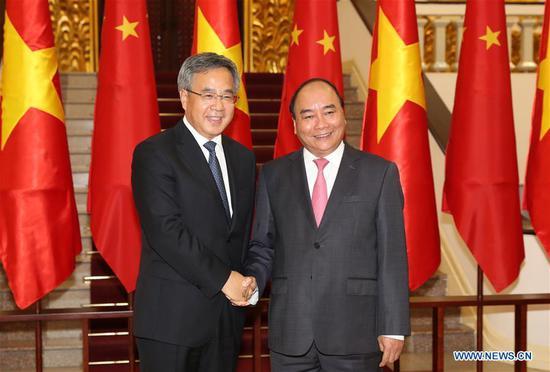 Chinese Vice Premier Hu Chunhua (L) meets with Vietnamese Prime Minister Nguyen Xuan Phuc in Hanoi, Vietnam, Sept. 11, 2018. (Xinhua/Li Gang)