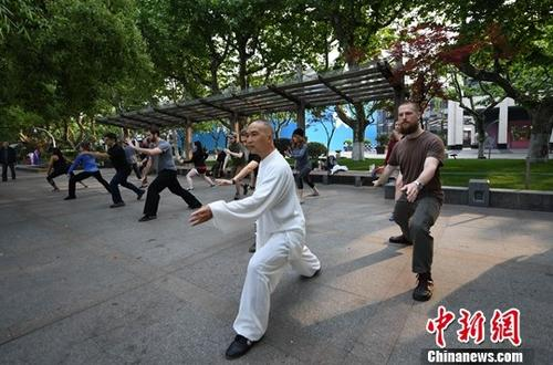 People practice Tai Chi at a park in Hangzhou, Zhejiang Province, April 2,  2018. (Photo/China News Service)