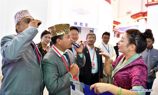 Foreigners visit the Fourth China Tibet Tourism and Culture Expo in Lhasa, capital of southwest China's Tibet Autonomous Region, Sept. 10, 2018. (Xinhua/Chogo)