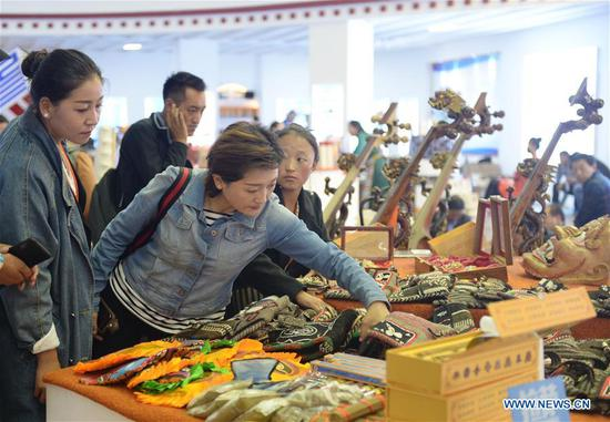 Visitors select handicrafts at the Fourth China Tibet Tourism and Culture Expo in southwest China's Tibet Autonomous Region, Sept. 11, 2018. The five-day expo concluded on Tuesday. (Xinhua/Jin Mamengni)