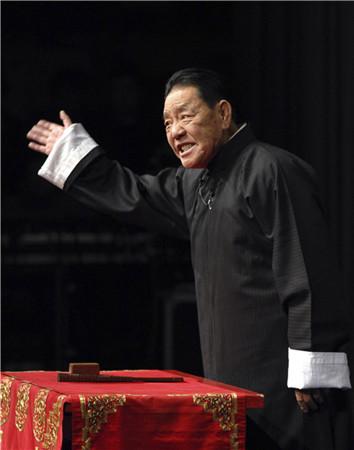 Pingshu master Shan Tianfang performs in Tianjin. (ZHAO HUIXIANG/XINHUA)