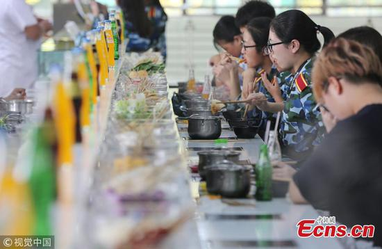 Hot pot canteen popular in Xi'an school