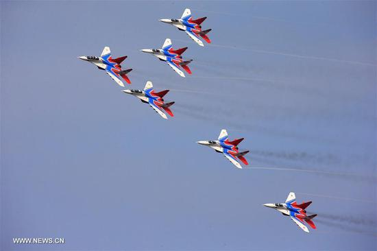 An aerobatic team from Russia perform at the 11th China International Aviation and Aerospace Exhibition in Zhuhai, South China's Guangdong province, Nov. 1, 2016. (Photo/Xinhua)
