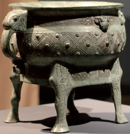 Qianlong's Precious Vessel, the Zuo Bao Yi Gui, exhibited at Christie's Rockefeller Center gallery in New York, will go on sale on Thursday. (File Photo)