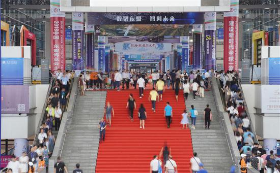 People visit the 15th China-ASEAN (Association of Southeast Asian Nations) Expo in Nanning, capital of south China's Guangxi Zhuang Autonomous Region, Sept. 12, 2018. (Xinhua/Cai Yang)