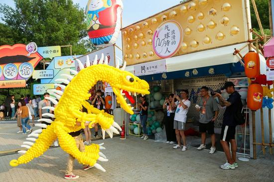 Taobao merchants demonstrate their creativity to visitors at the Taobao Maker Festival. (Photo provided to chinadaily.com.cn)