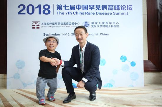 Peter Fang, head of Asia Pacific and acting China General Manager at Shire, an Ireland-based company serving patients with rare diseases and specialized conditions, and Huang Rufang, director of the Chinese Organization for Rare Disorders, attend the seventh China Rare Disease Summit held in Shanghai. (Photo/chinadaily.com.cn)