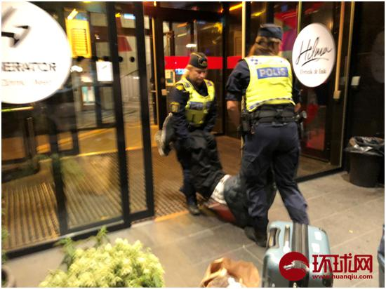 Zeng's father was dragged outside the hotel. /Photo via huanqiu.com
