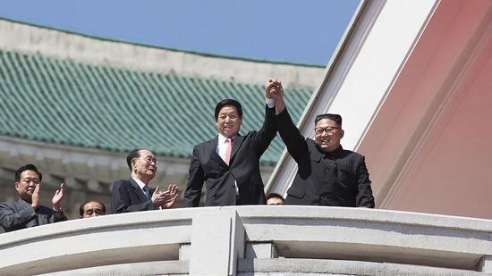 China's top legislator Li Zhanshu (L) and DPRK leader Kim Jong Un (R) attend celebrations held at Kim Il Sung Square in central Pyongyang, the DPRK, September 9, 2018. /Xinhua Photo