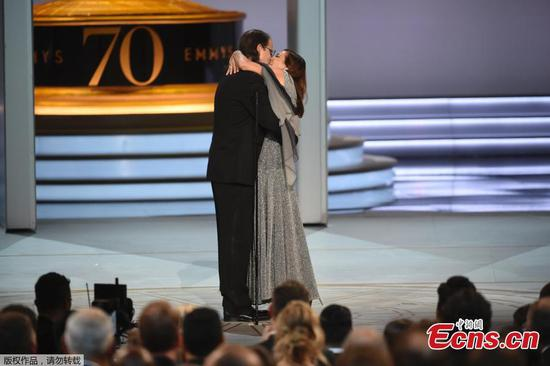 Glenn Weiss proposes to girlfriend live on Emmy Awards stage