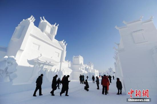 Tourists visit the Snow and Ice World in Changchun, Jilin Province. (File photo/China News Service)