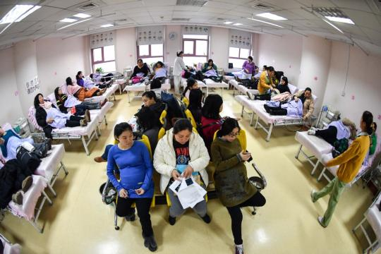 Pregnant women wait to undergo fetal heart inspections at a gynecology and obstetrics clinic in Nanjing, capital of Jiangsu province. (Photo/ China Daily)