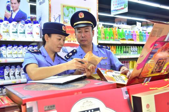 Market regulation officials check food at a supermarket in Xinle county, Hebei province, earlier this month. As the Mid-Autumn Festival and National Day holidays approach, local authorities carried out the inspection to ensure food safety. (Photo for China Daily/Jia Minjie)